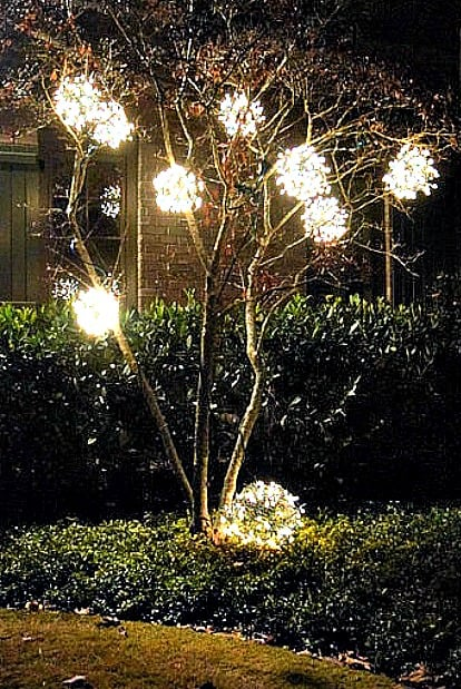 diy-outdoor-christmas-ornaments-chicken-wire-lights-tree-balls-12